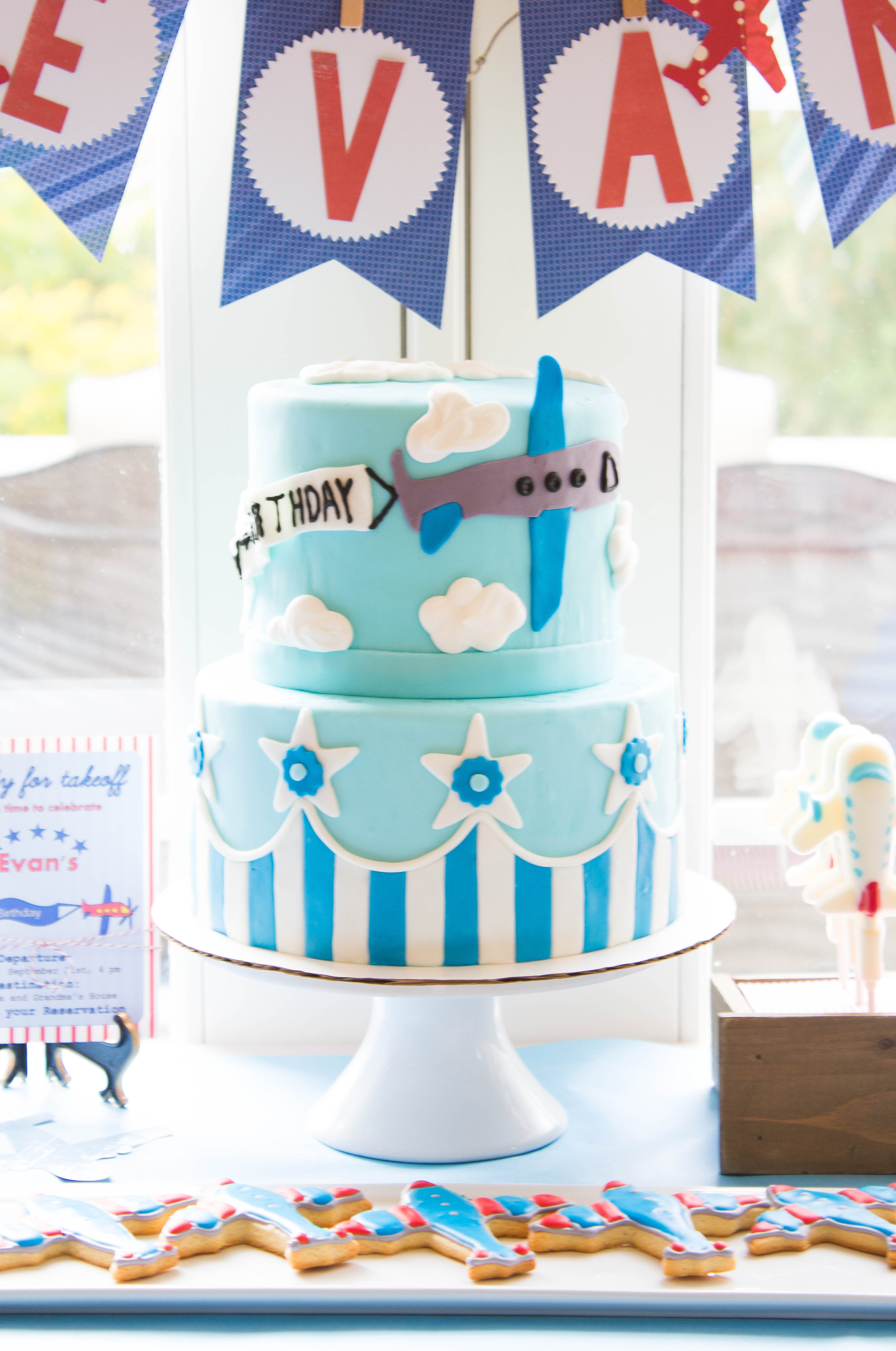 Airplane cake for an airplane themed party the kitchen for Airplane party decoration