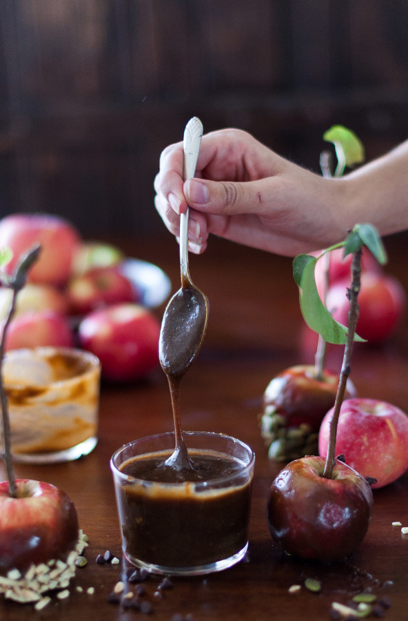 Vegan, Naturally Sweetened Caramel Dipped Apples