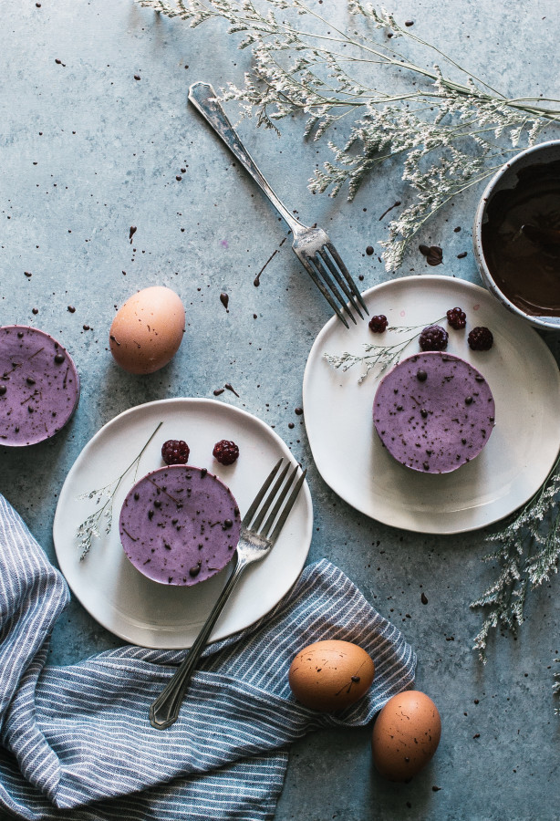 Speckled Brownie Bottomed Blackberry Mousse Cakes (vegan, raw, gluten dairy & refined sugar free)